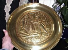 "VINTAGE SOLID BRASS WALL DISH DEEP 3D LADY & GENT GARDEN STEPS 14.75"" Rd 820386"